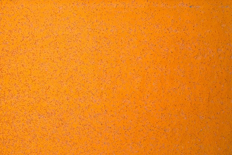 「オレンジ色に塗装された鉄板に細かい錆が浮き出る」の素材を無料ダウンロード