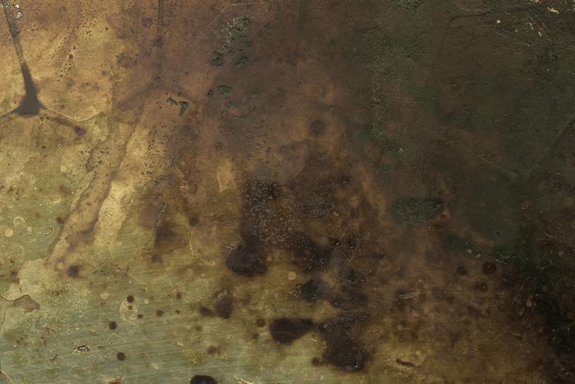 錆び付き茶色に変色した金の板の写真画像