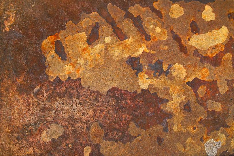錆びた部分が剥がれ落ちた金属の写真画像