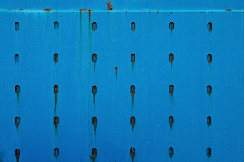 青くペイントされた鉄の写真画像