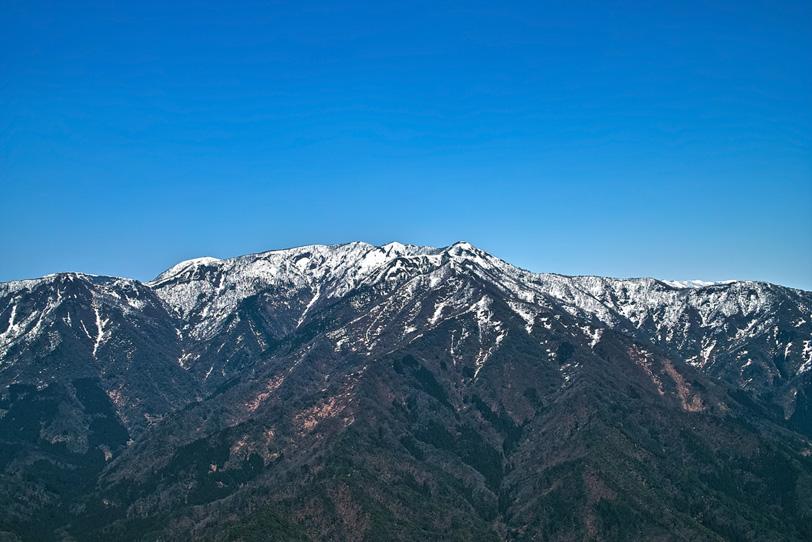 山巓に白い雪がある山の写真画像
