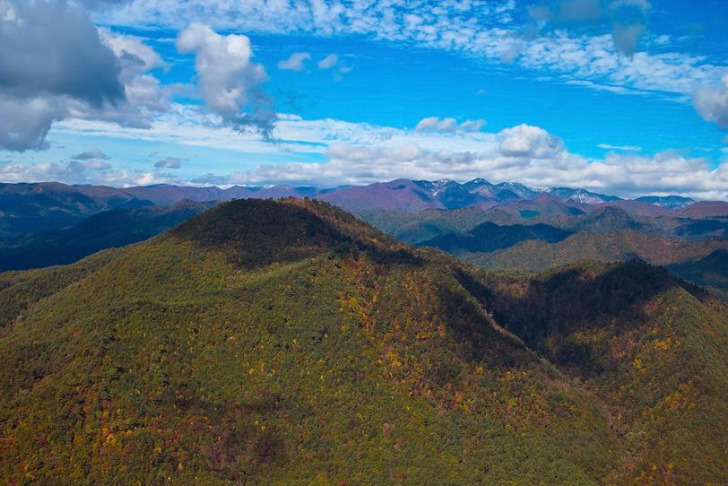 秋の青空と何処までも連なる連山の写真画像