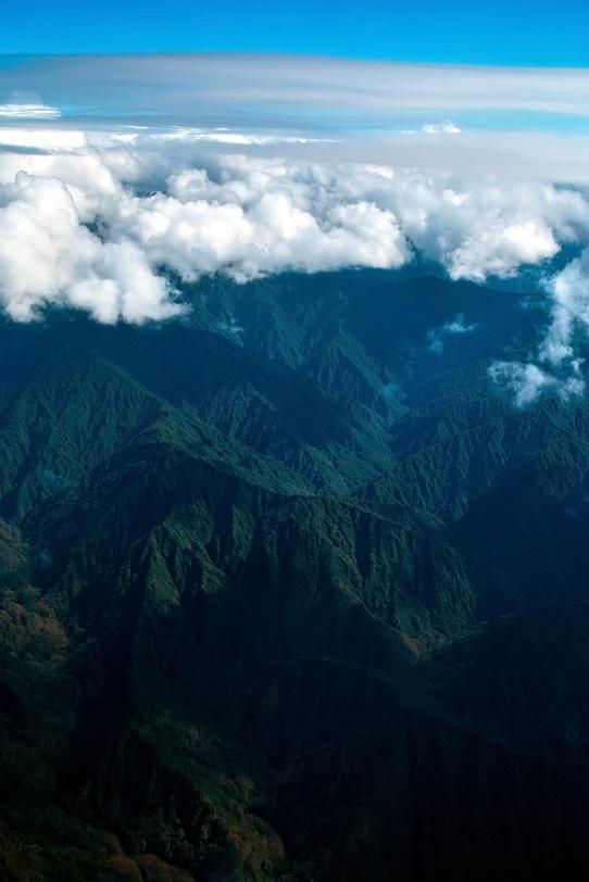 雲冠る高く連なる神秘的な山々の写真画像