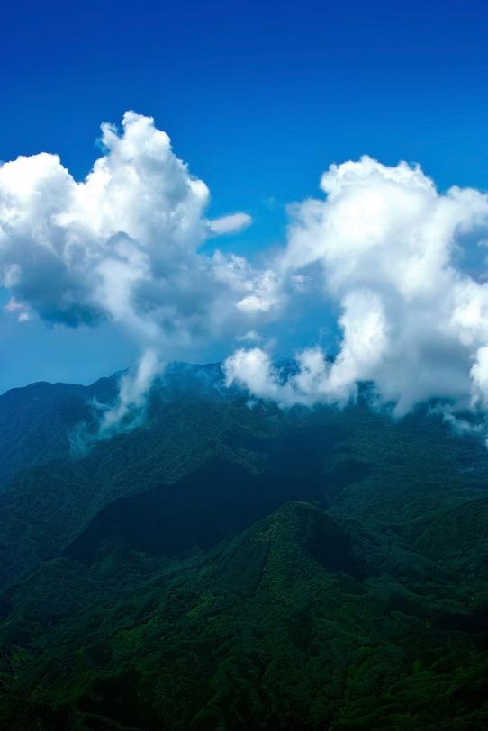 山巓に流れる白雲の写真画像