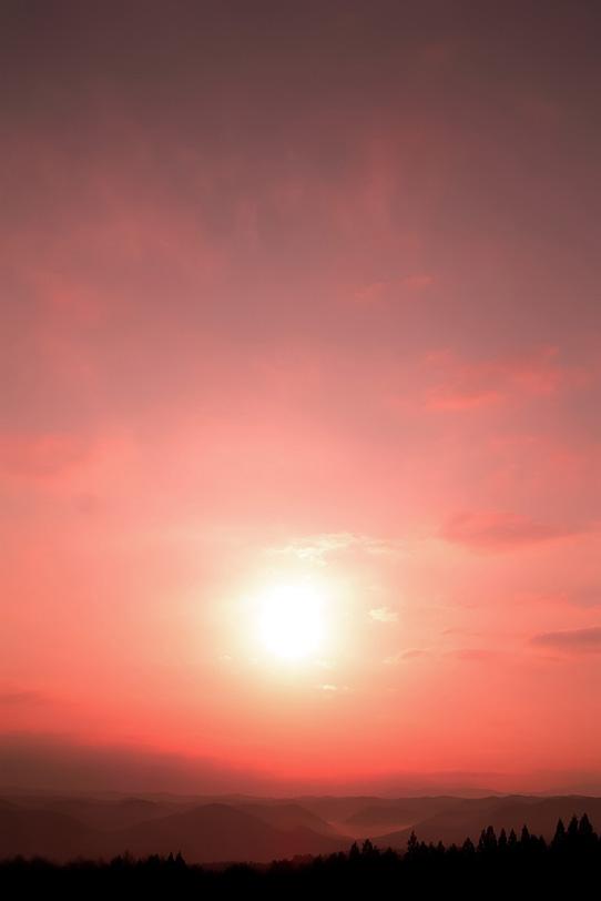 郷愁を呼ぶ山に落ちる夕陽の写真画像