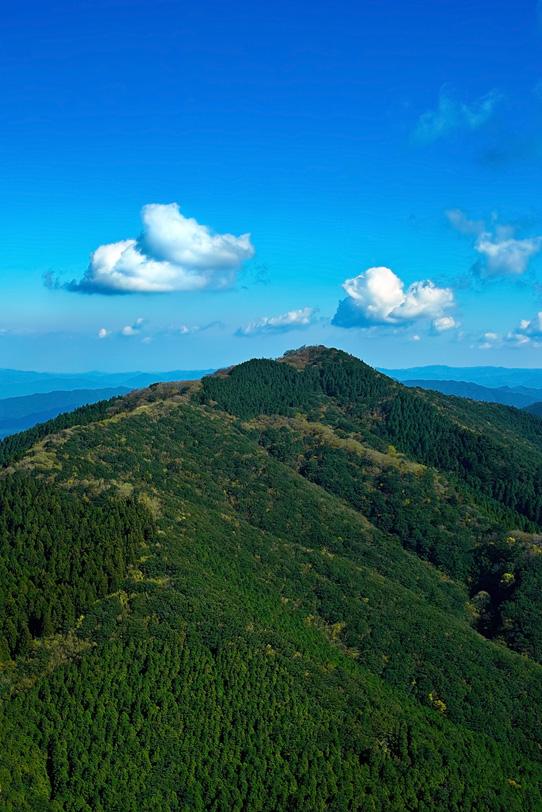 山頂から望む遠くの風景の写真画像