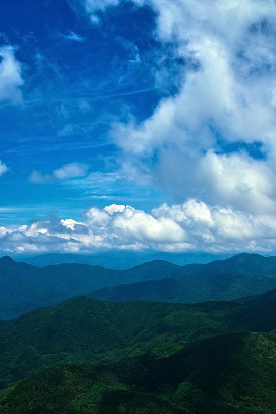 雲の影を落とす夏山の写真画像