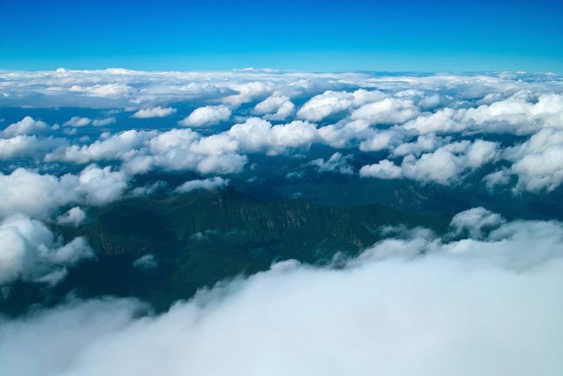 雲の下の神々しい山の景色の写真画像