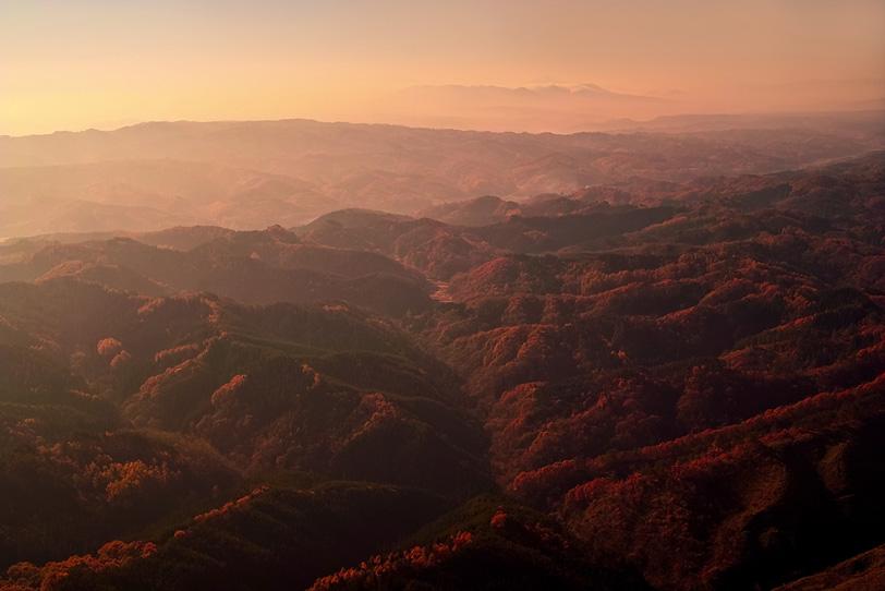 夕暮れに霞む秋の山の写真画像