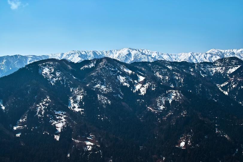 黒い山脈と白い山脈の写真画像