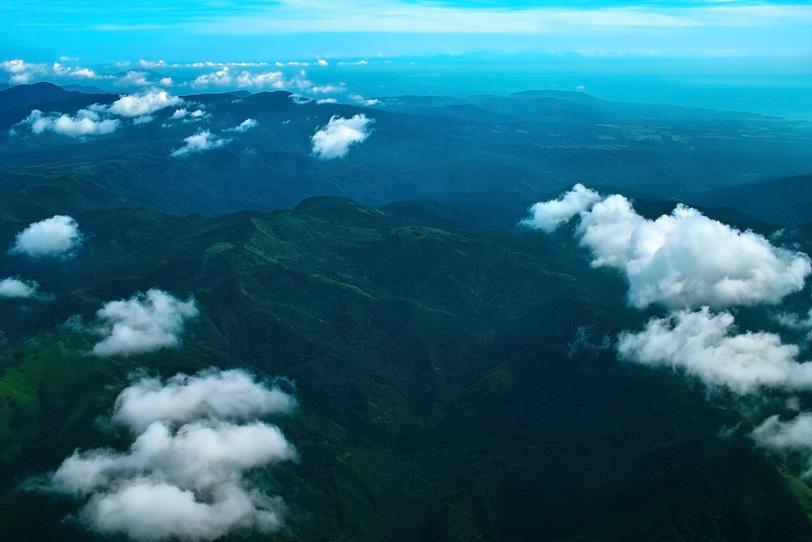 雲の上から眺める広大な景色の写真画像
