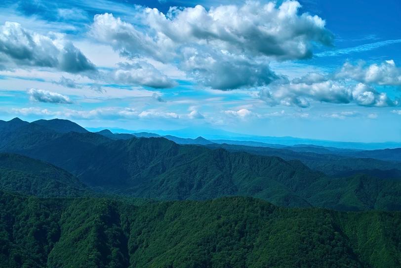 青空の下に遥かに続く山々の写真画像