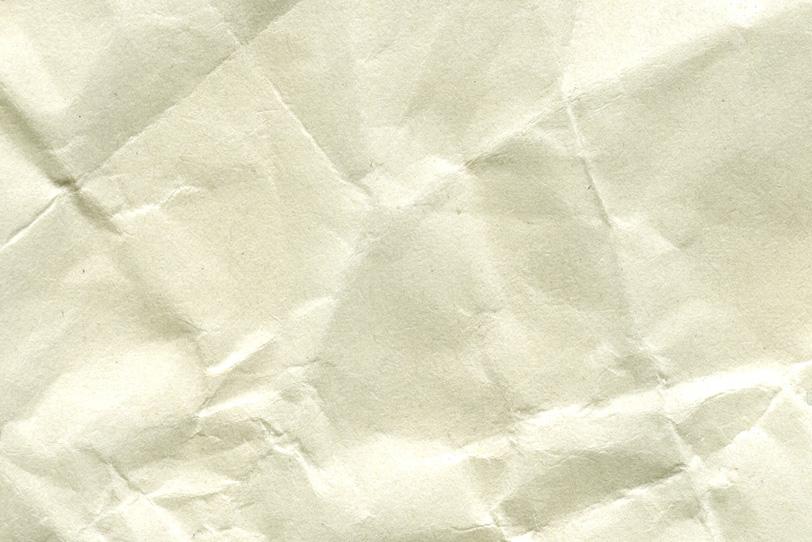 折目のような皺の入った紙の写真画像