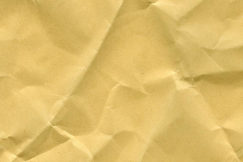 茶色いクラフト紙に刻まれたシワの写真画像