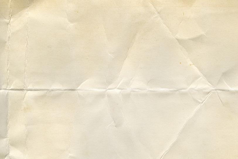 折れ目やシワがある厚手の紙の写真画像