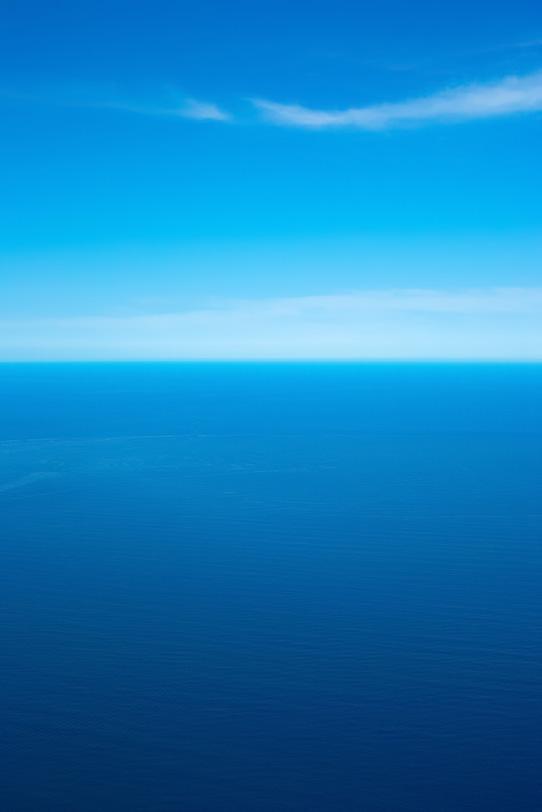 空と海の蒼いグラデーションの写真画像