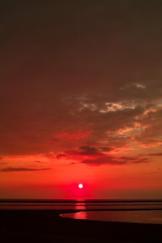 赤い夕焼けの海岸の写真画像