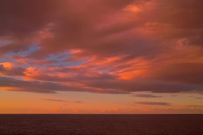 夕焼け雲と黒い水平線の写真画像