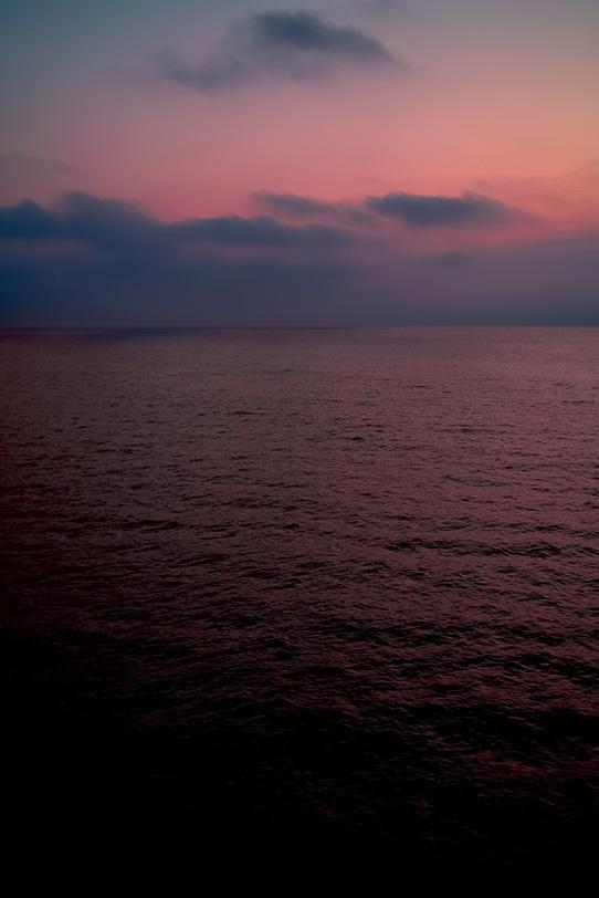 静かな夜明け前の海の写真画像