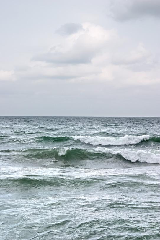 荒波が立つ灰色の海の写真画像