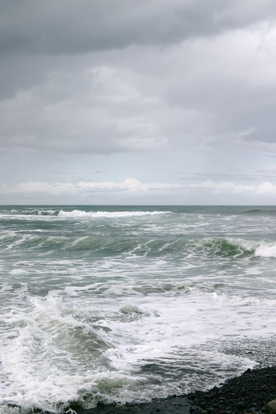 荒い波が押し寄せる浜の写真画像