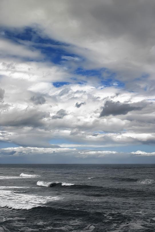 風の強い冬の海辺の写真画像