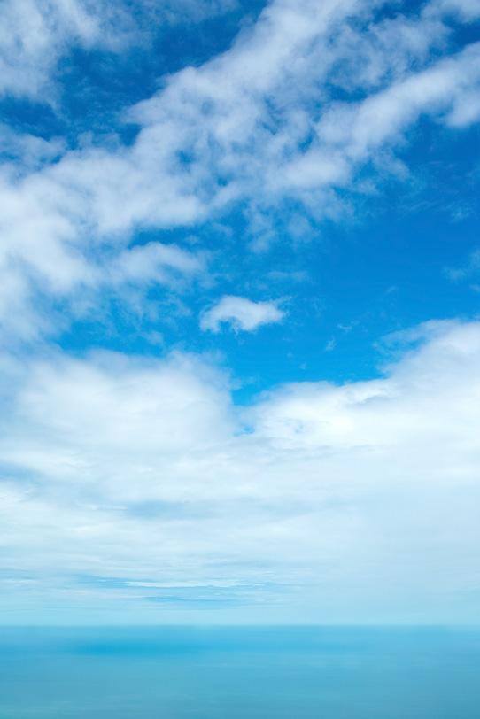 水平線の向こうの空の写真画像
