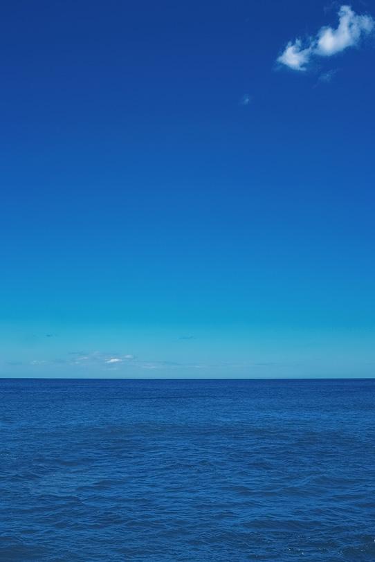 水平線と青いグラデーションの写真画像