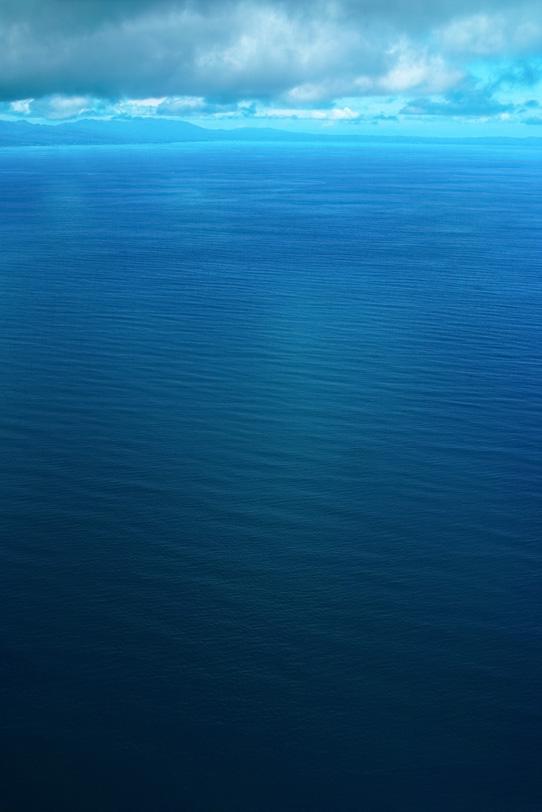 海の彼方に見える半島の写真画像