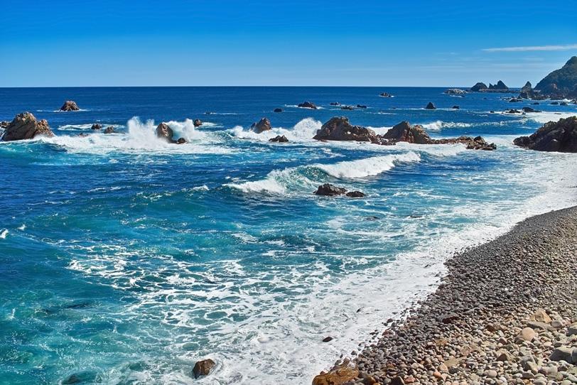石と岩の海岸の写真画像