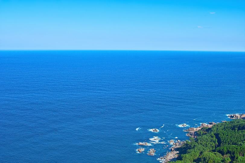 陸の向こうの遥かなる海の写真画像