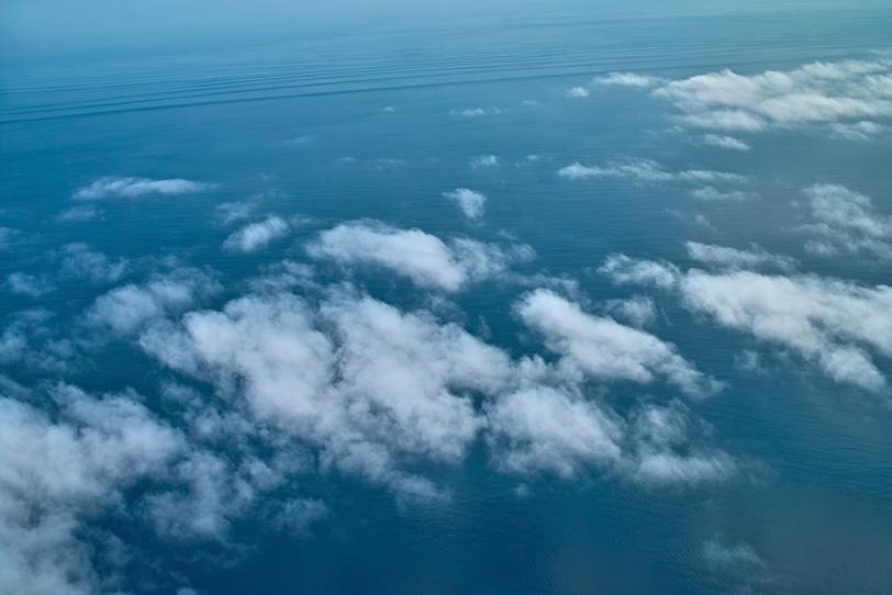 穏やかな海面と雲の写真画像