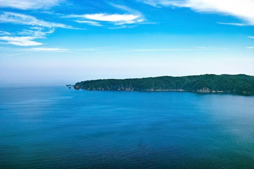 海と細長い半島の写真画像