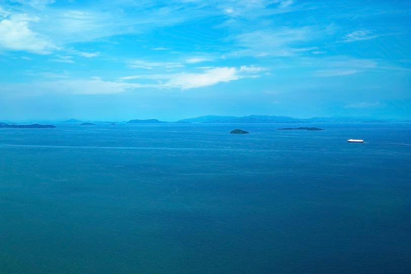 遠くに見える島々と船の写真画像