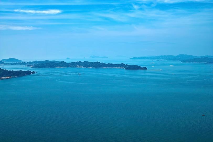 島々の間を行き交う船の写真画像