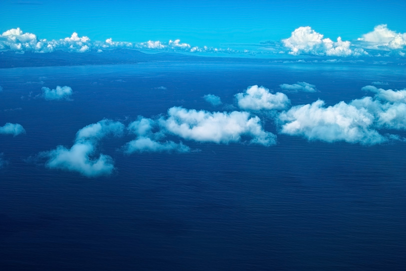 白い雲と雄大な海の写真画像