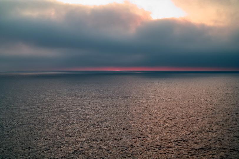 水面が輝く夕暮れの海の写真画像