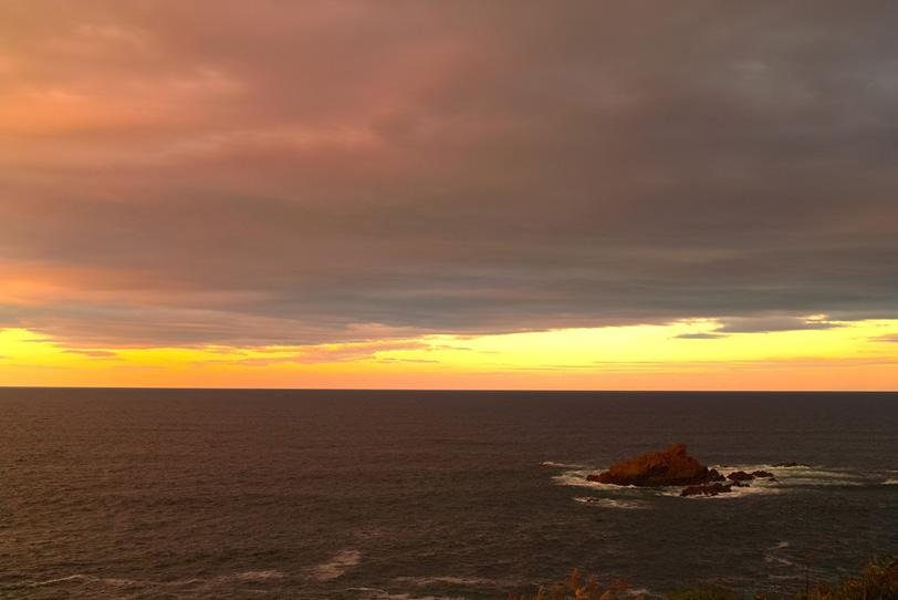夕焼け空と黒い海の写真画像