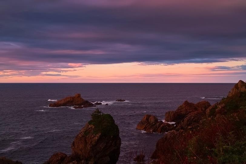 紫色に染まる夕暮れの海の写真画像