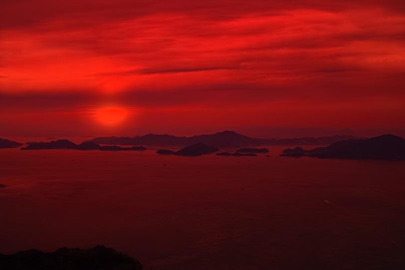 真っ赤に染まる瀬戸内の海の写真画像