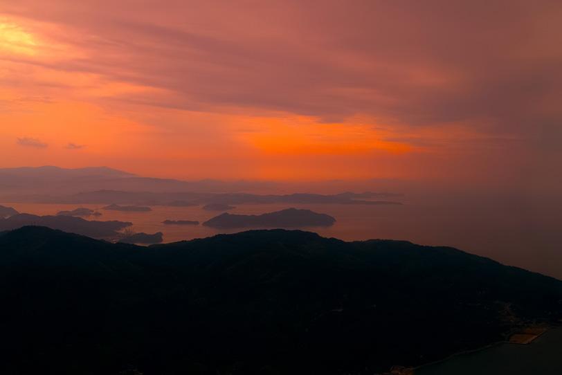 夕焼けの瀬戸の島々の写真画像