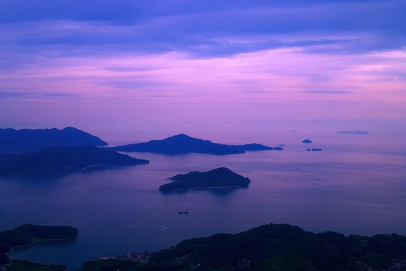 幻想的な朝焼けに包まれる海の写真画像