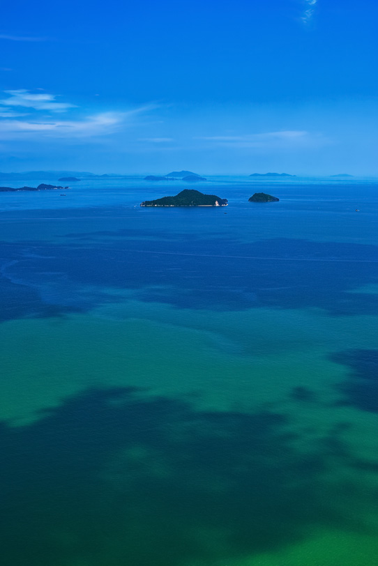 遠くに見える島々の写真画像