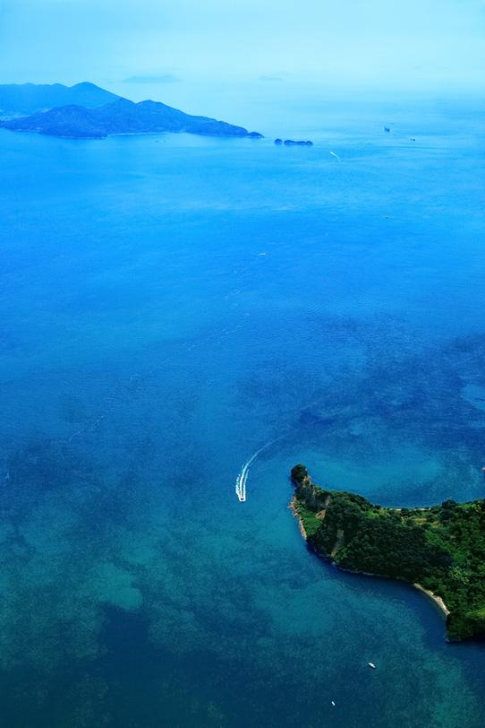 海と島とボートの写真画像