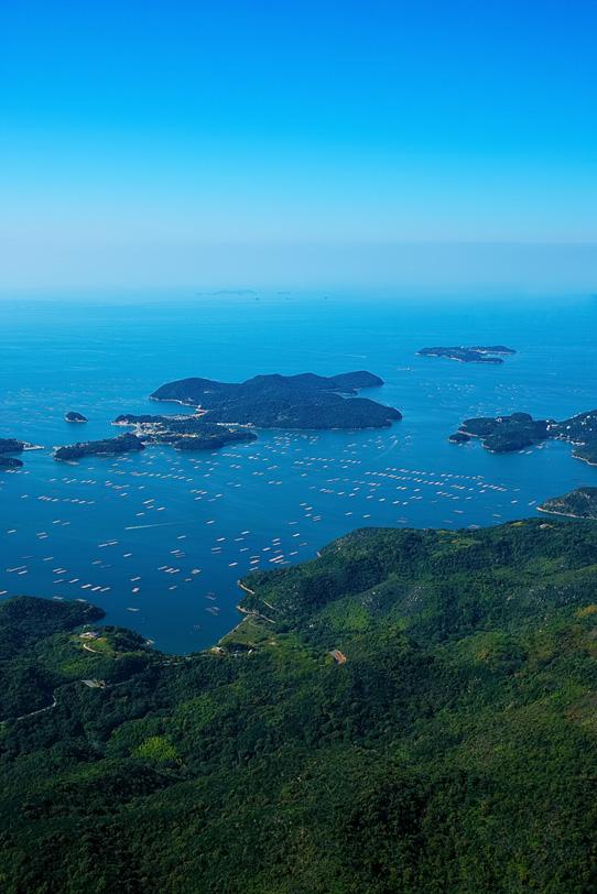 海に浮かぶ養殖用筏の写真画像