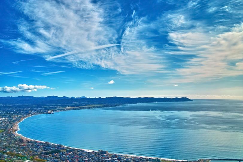 海沿いに続く大きな街の写真画像