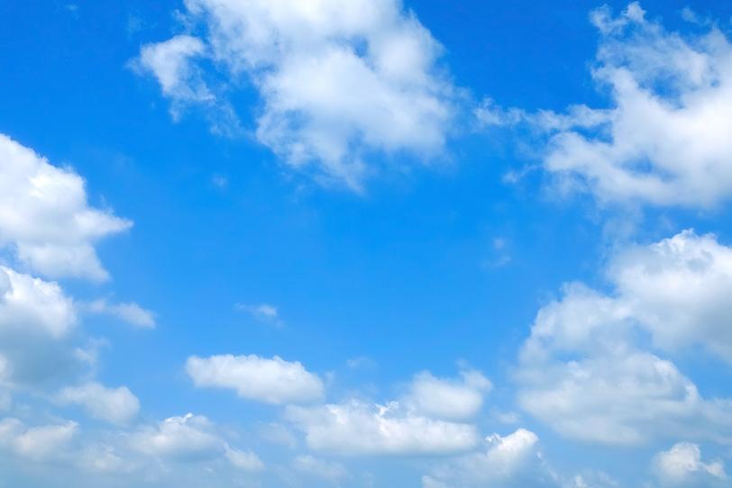 白い雲が囲む清澄な青空の写真画像