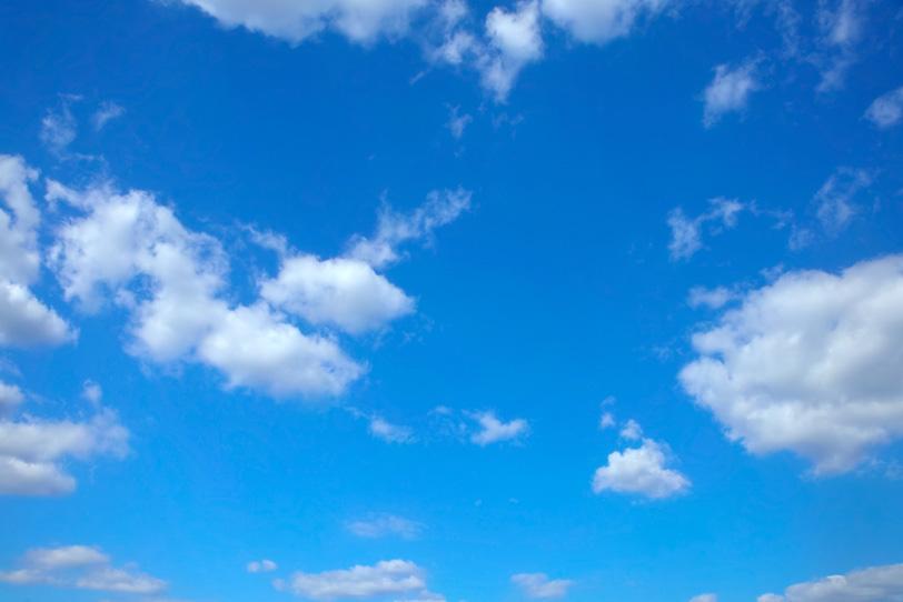 白い雲と透き通るような青空の写真画像