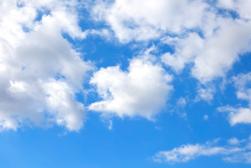 青空の手前の千切れた雲の写真画像