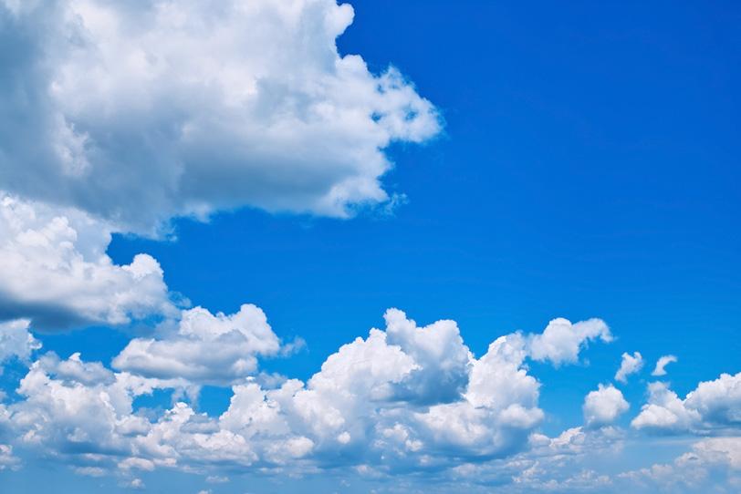 波の様に押し寄せる雲と青空の写真画像